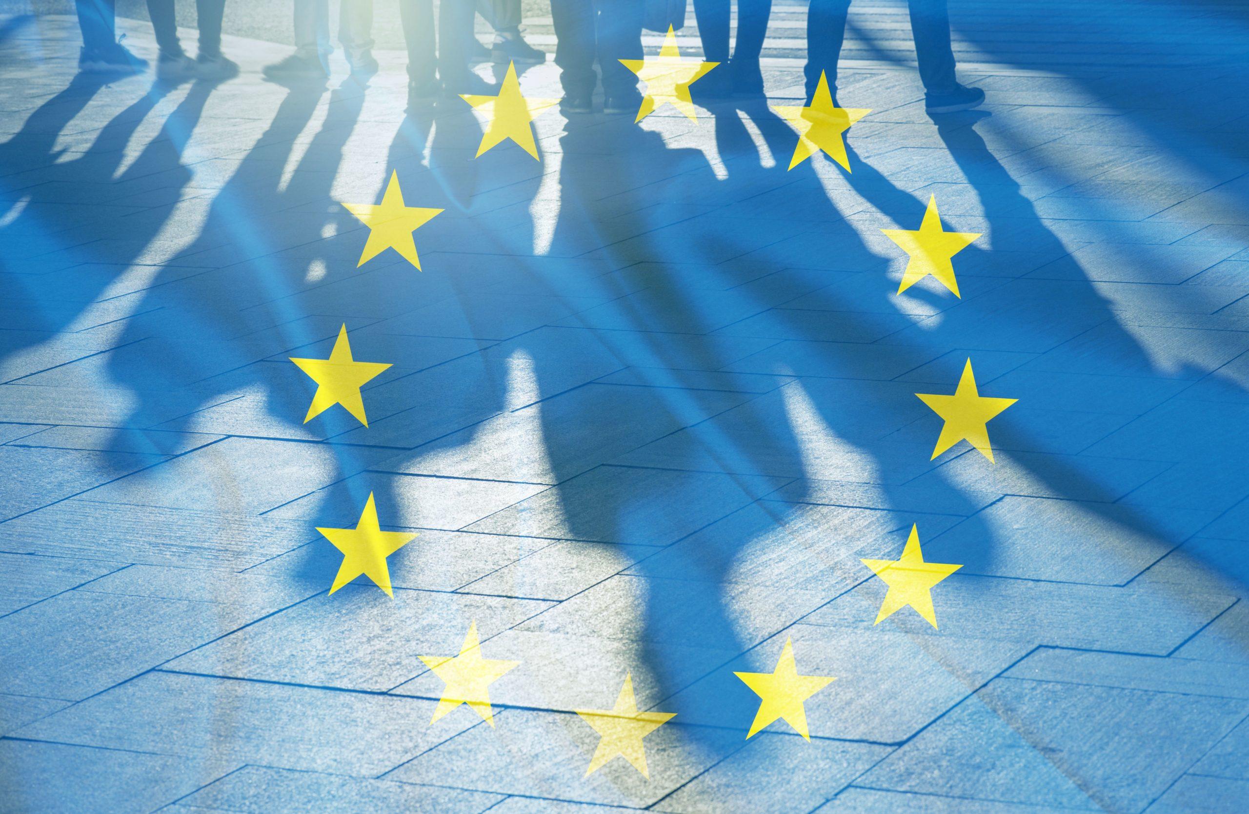 Drapeau européen avec ombre de personnes
