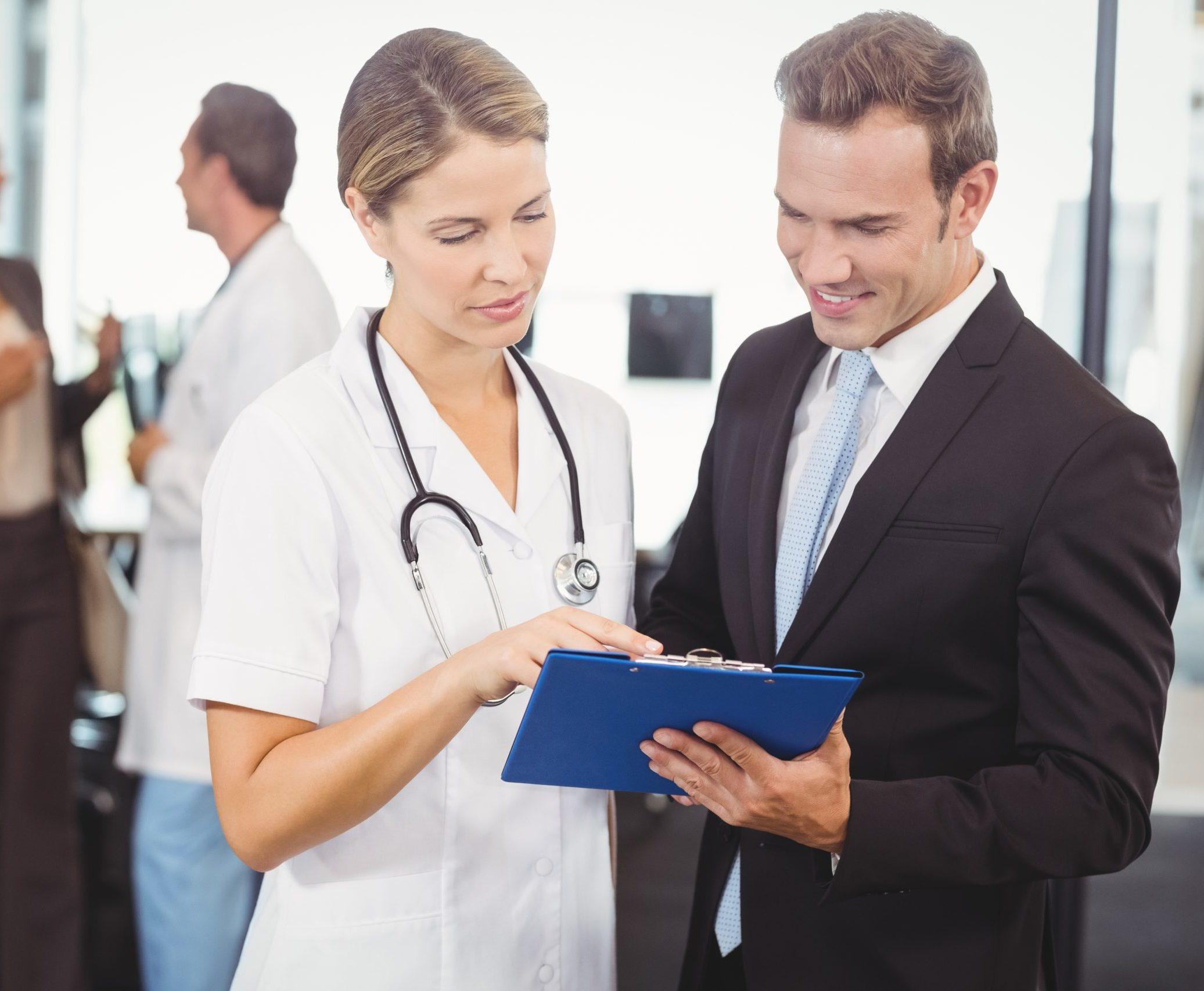 Médecin et homme en train de parler